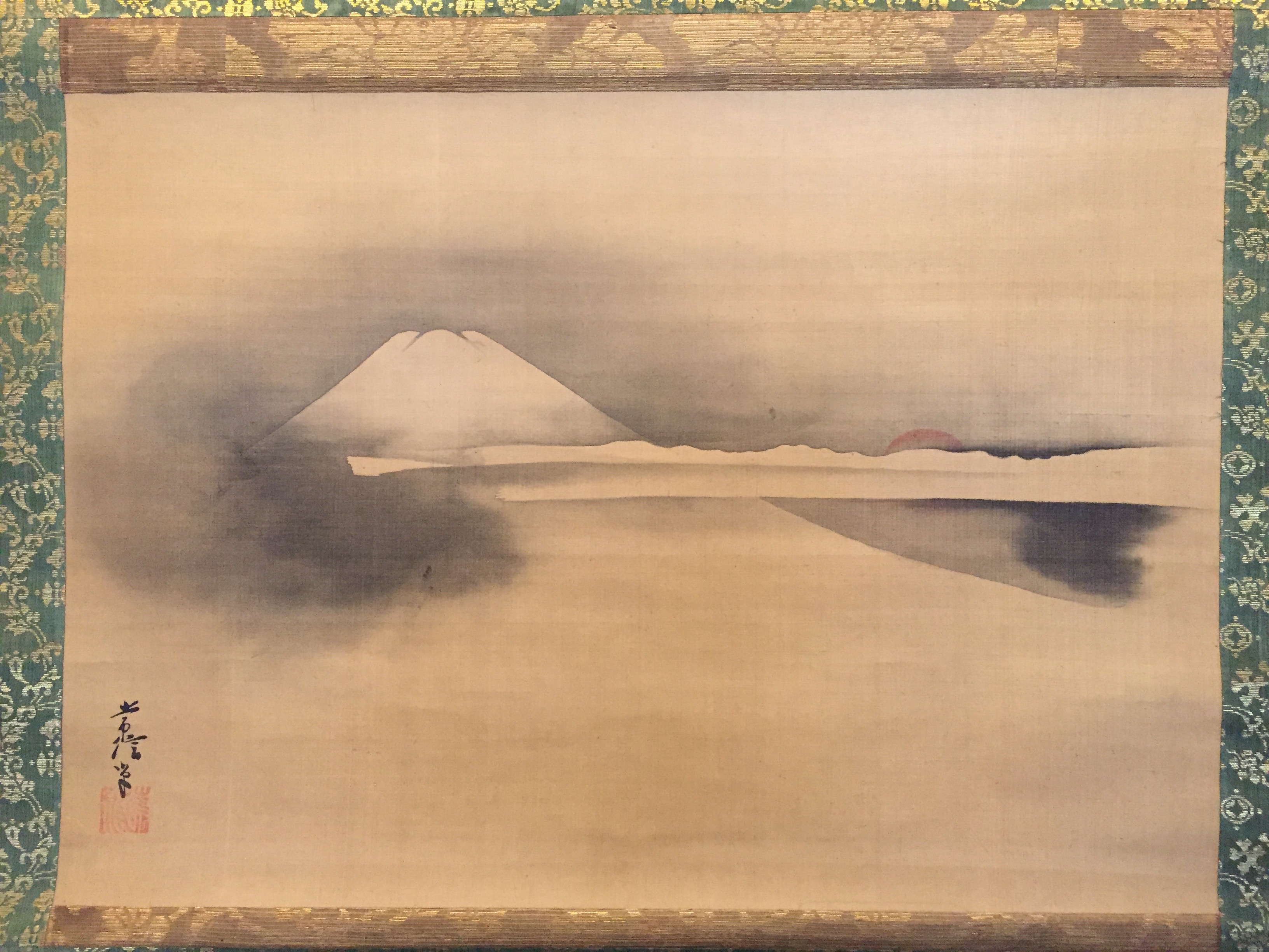 Painted on the silk in just one colour, the image of the daybreak brings out the floating shape of Mt. Fuji.